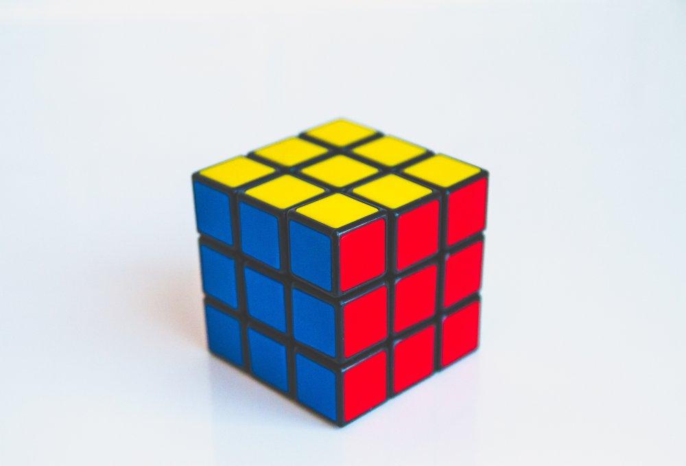 Den klassiska 3×3 Rubiks kuben erbjuder mer än en sorts utmaning